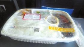 京沪高铁上45元盒饭被指吃出黑虫