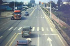 货车闯红灯撞死孙子撞伤老人 司机:当时没注意