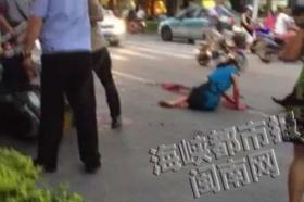女子在街头持刀疯狂砍杀女邻居 疑患精神病
