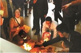 十余人强迫医生下跪 警方刑拘肇事者