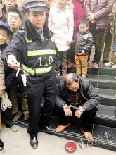 老人取款拉住银行保安:我被威胁了 快报警