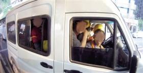 核载6人小客车塞进40个成人 民警数到舌头打结