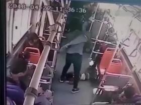 男孩公交车上脚踢男子,遭揪起背摔脚踹